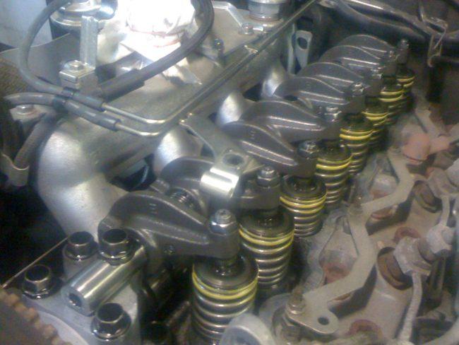 Двигатель с демонтированной клапанной крышкой