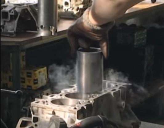 Гильзовка блока цилиндров на автосервисе. Гильза, охлажденная в жидком азоте