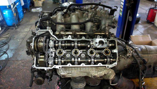 Двигатель 2UR-GSE в процессе ремонта на СТО