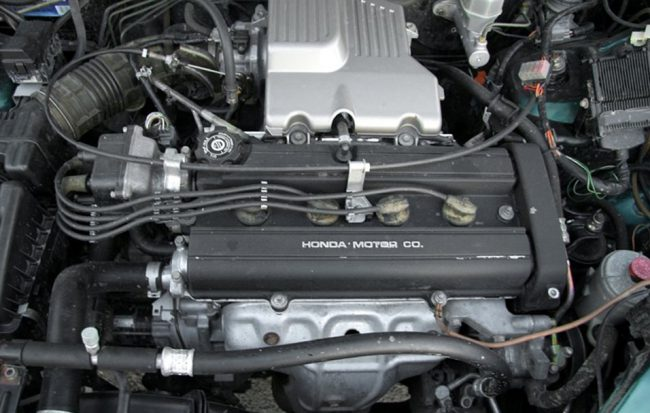Внешний вид двигателя Honda B20Z1 спереди в подкапотном пространстве