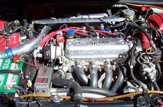 Двигатель Honda F22A в подкапотном пространстве