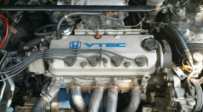 Двигатель Honda F22B в подкапотном пространстве