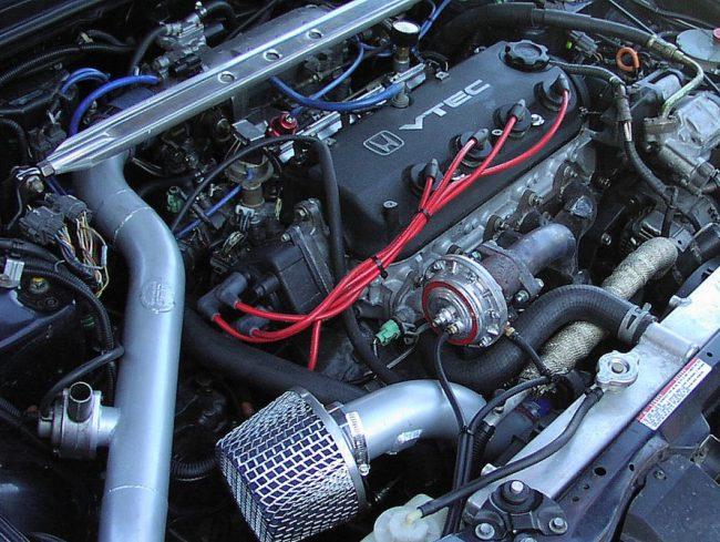 Тюнингованный двигатель Хонда F22B (VTEC) в подкапотном пространстве