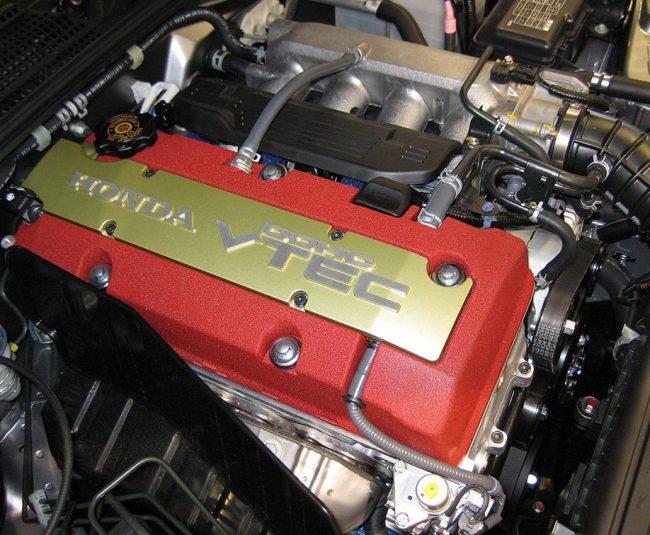 Двигатель Honda F22C в подкапотном пространстве