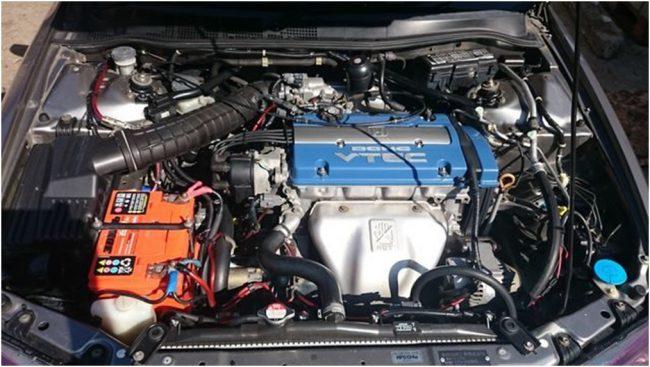 Двигатель F20B в подкапотном пространстве