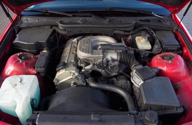 Двигатель BMW M43B16 в подкапотном пространстве 316i Compact