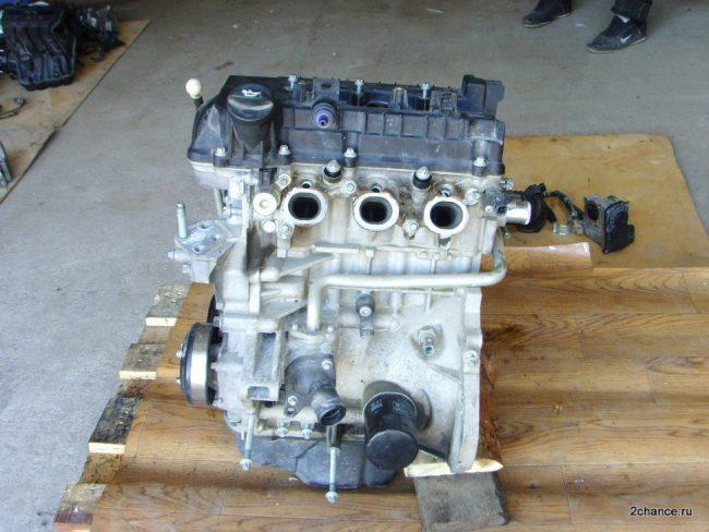 Трёхцилиндровый двигатель Митсубиси 3A91 на одном из складов по продаже двигателей бывших в употреблении
