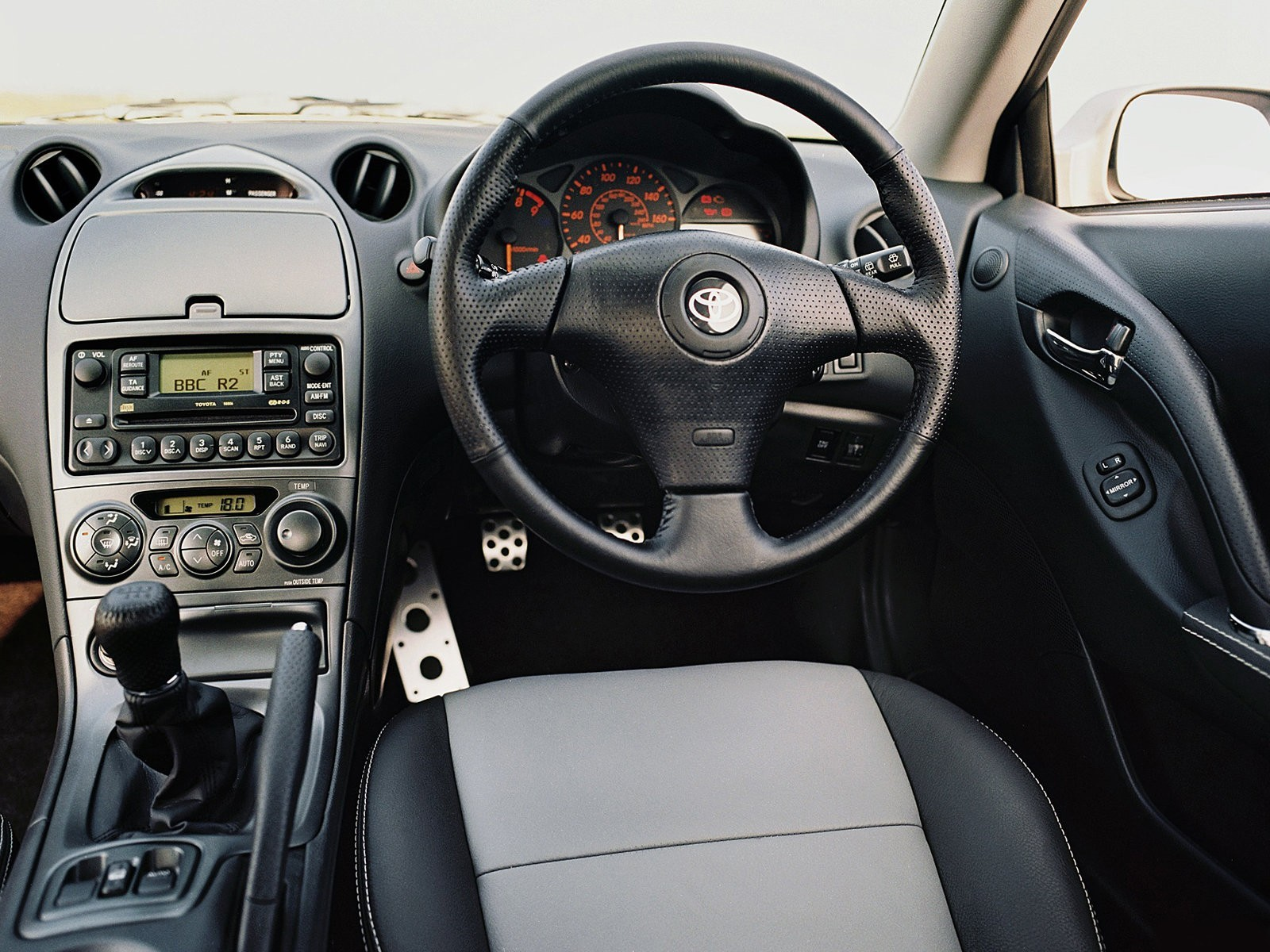 Дизайн водительского места «островного» варианта Celica ST202