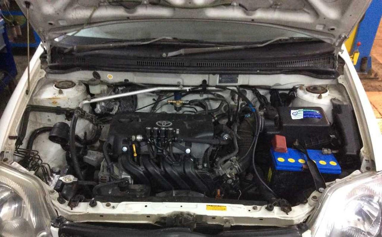 Двигатель 1NZ-FE в подкапотном пространстве Toyota Corolla E120