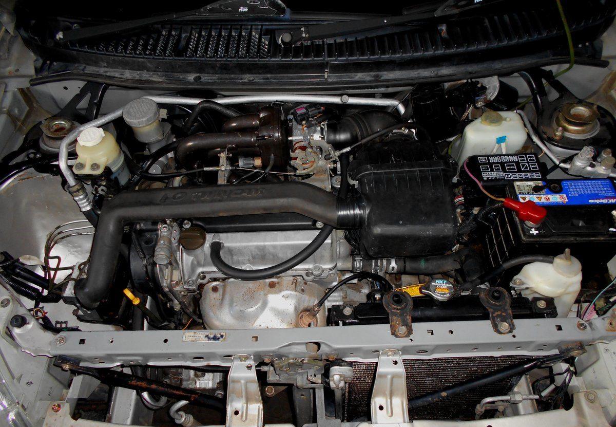 Двигатель EJ-VE в подкапотном пространстве Toyota Duet 2001 г. в.