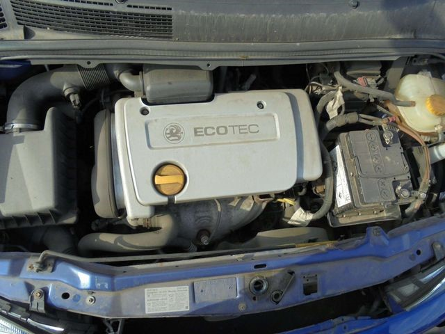 Подкапотное пространство с двигателем Z16XER