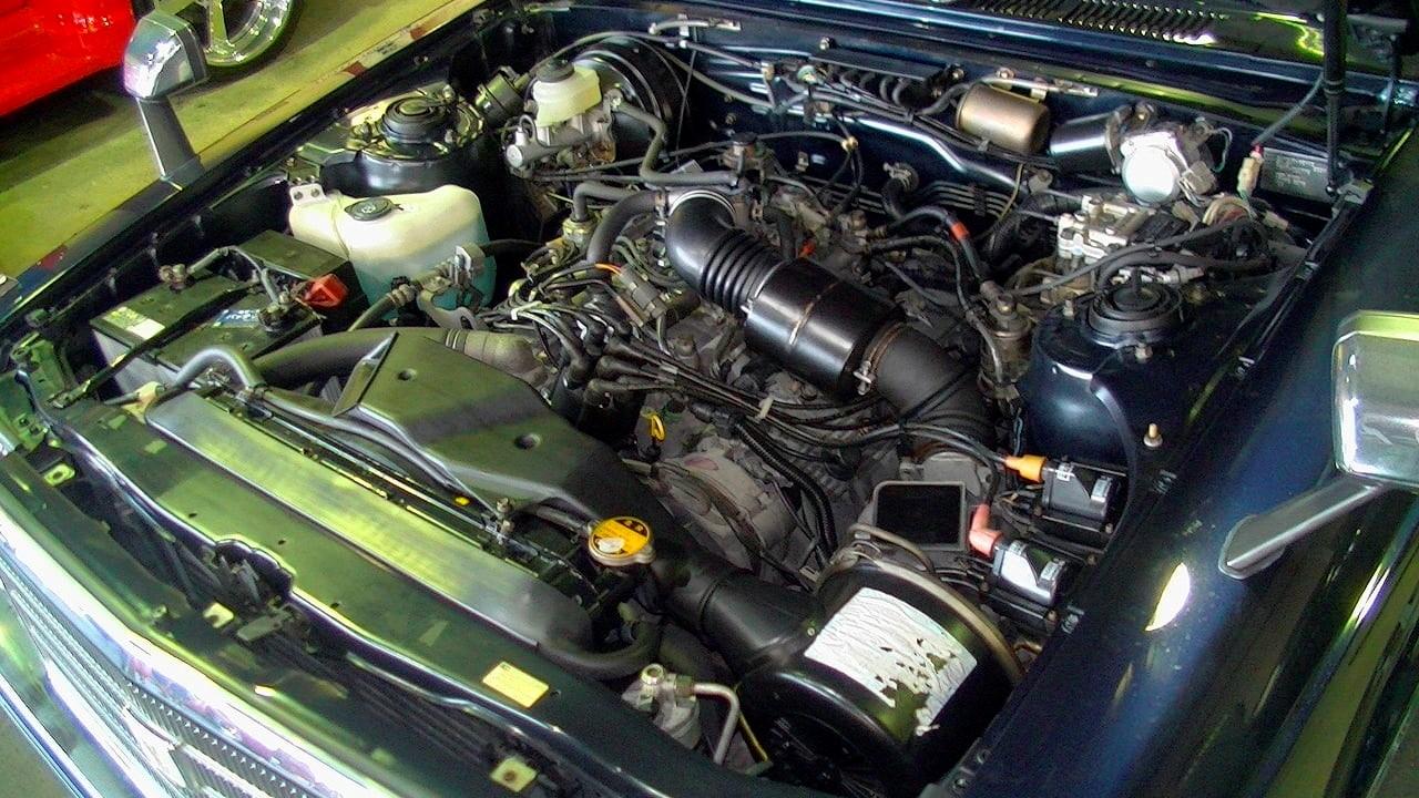 Подкапотное пространство Toyota Century 1990 года выпуска