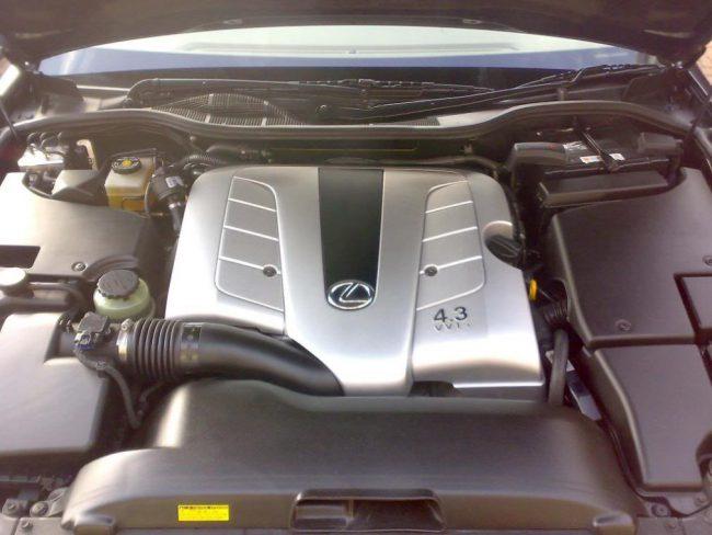 Силовая установка 3UZ-FE в подкапотном пространстве Lexus LS430