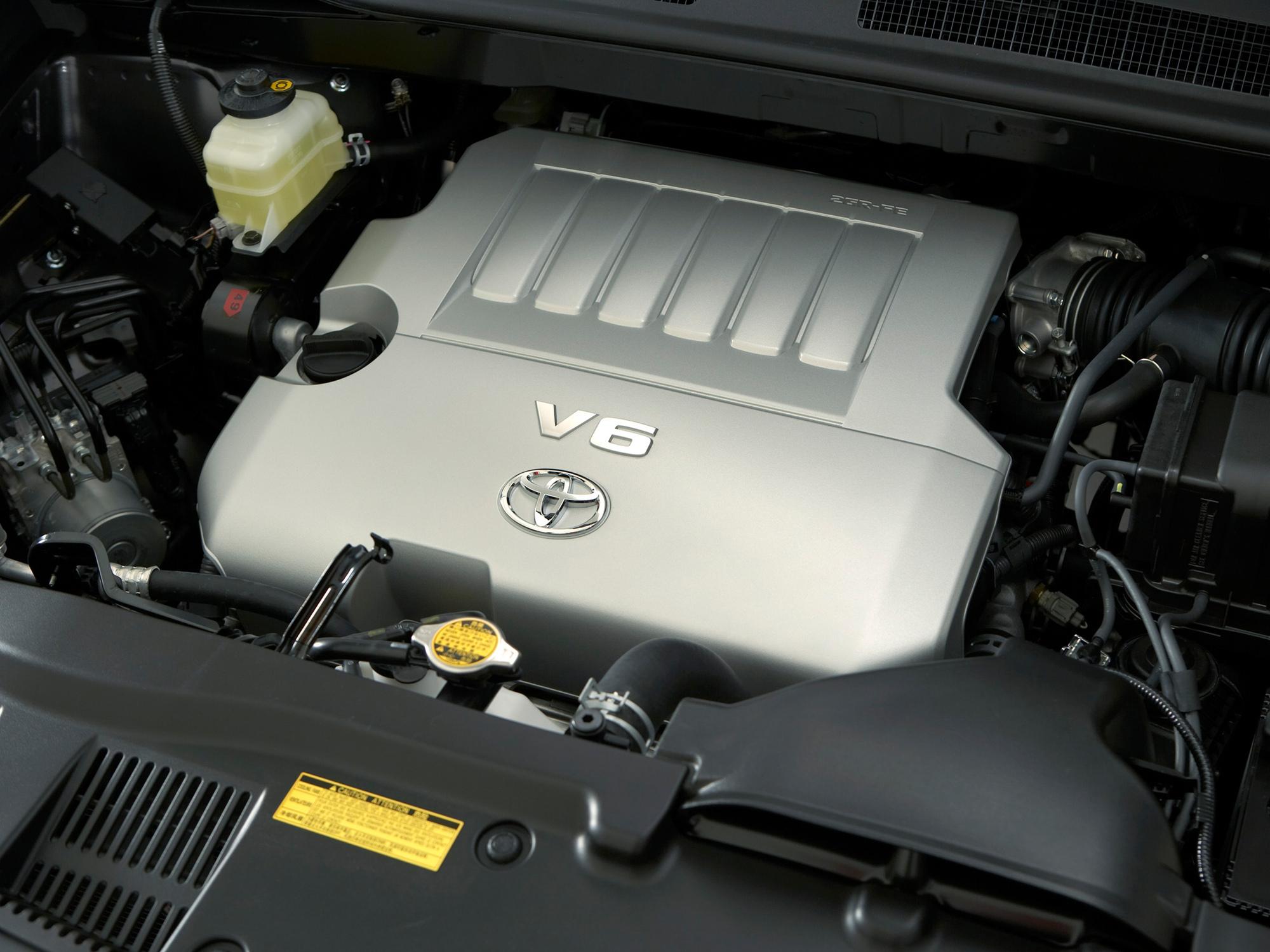 Toyota Kluger V подкапотное пространство