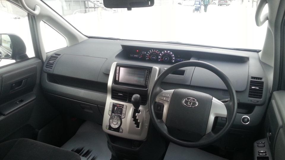 Toyota Noah интерьер