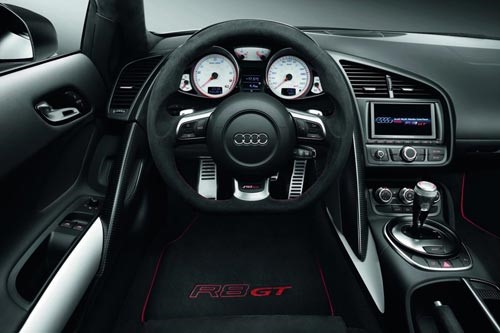 Место водителя Audi R8 GT