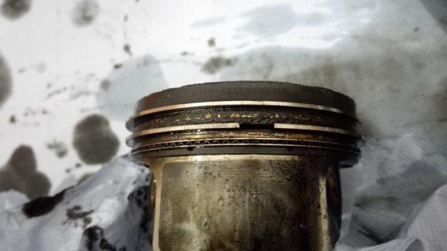 Поврежденный детонацией поршень двигателя CAVA