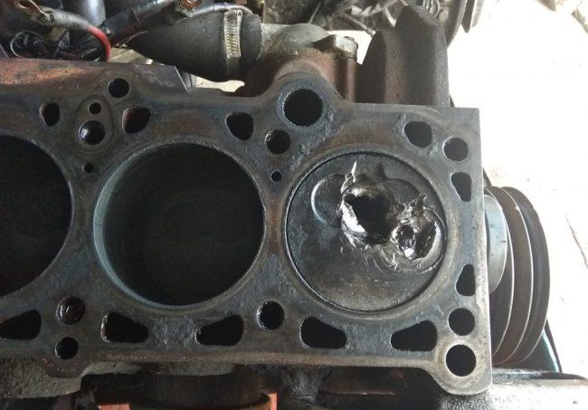 Разрушенный поршень двигателя AAS после удара по клапанам