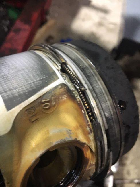 Разрушенное поршневое кольцо на моторе CFCA