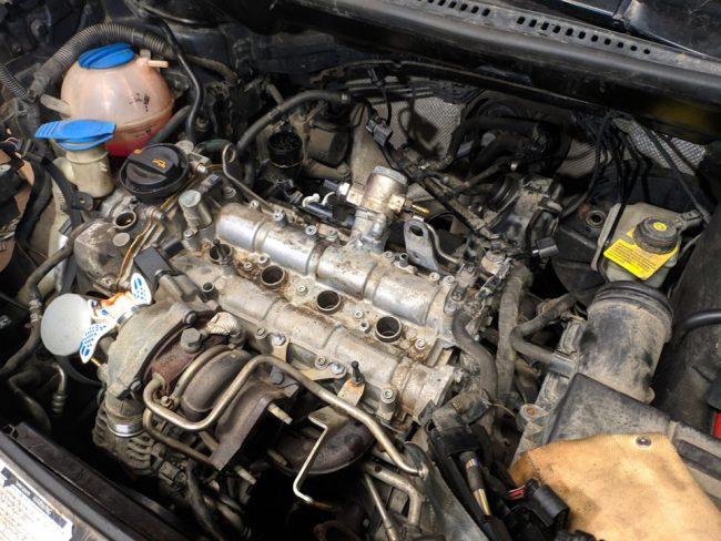 Подкапотное пространство VW Touran с двигателем CAVC
