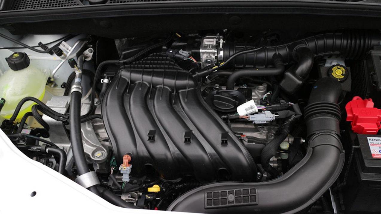 Подкапотное пространство с двигателем H4M
