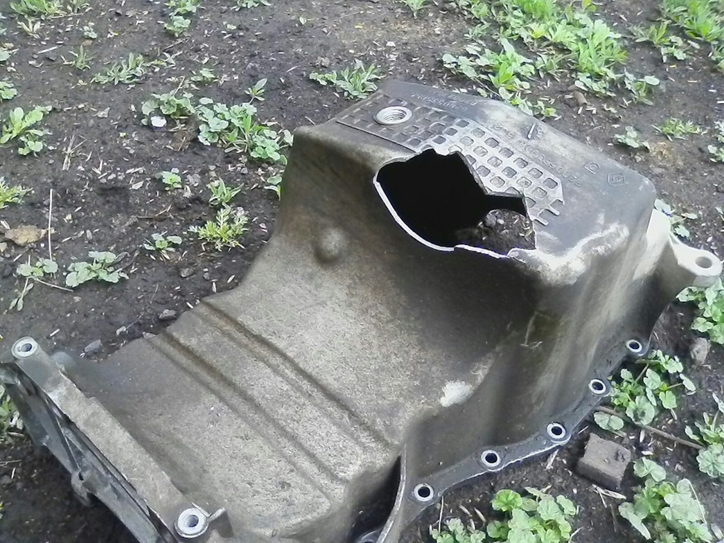 Разрушенный картер двигателя